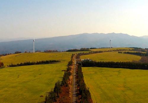 稲庭岳風力発電施設を空撮動画