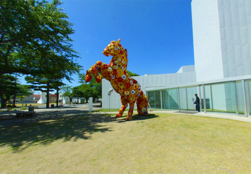 十和田市現代美術館-フラワーホース